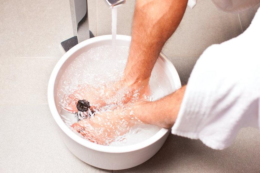 Kąpiel stóp z dodatkiem liści rozmarynu ukoi zmęczone stopy i zapobiegnie ich puchnięciu