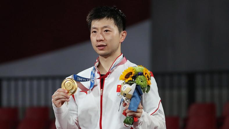Ma Long podczas ceremonii medalowej