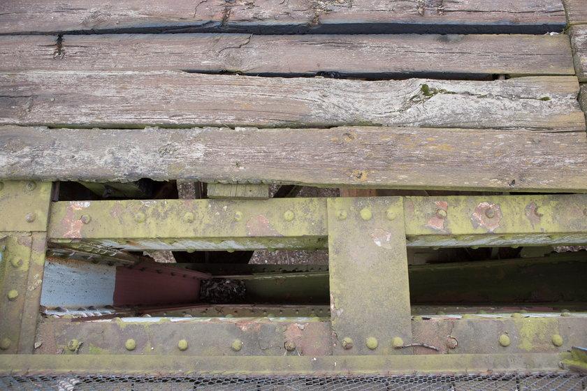 Most kolejowy na Starołęce to ruina
