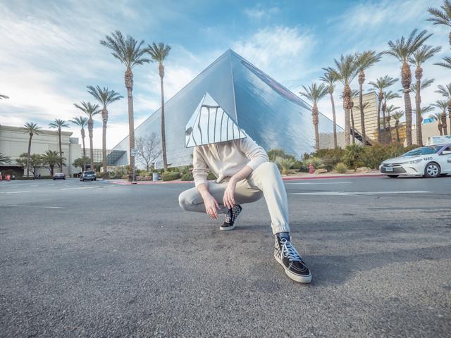 Lice krije piramidom od stakla i tako reflektuje pozitivne stvari na okolinu