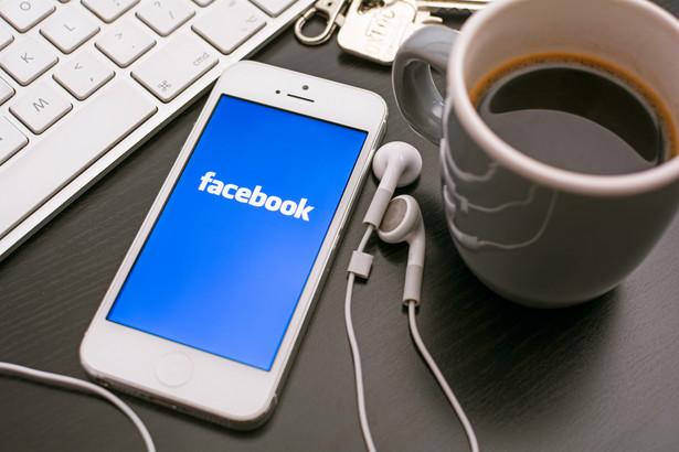 10 godzin miesięcznie spędzają średnio użytkownicy na Facebooku