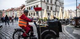 Patrol czystości sprząta ulice