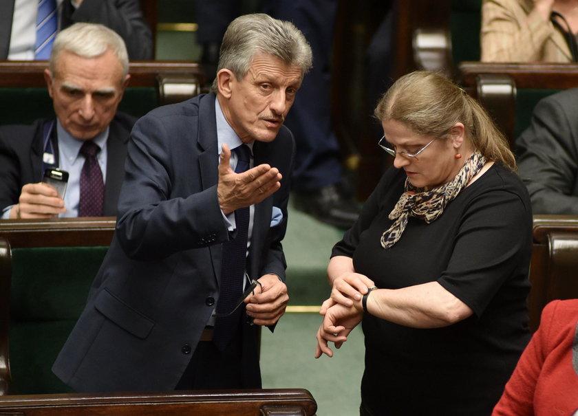 Pawłowicz i Piotrowicz sami stworzyli przepisy, których teraz od siebie nie egzekwują