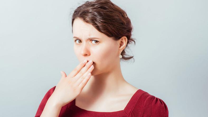 Kobieta zasłania usta