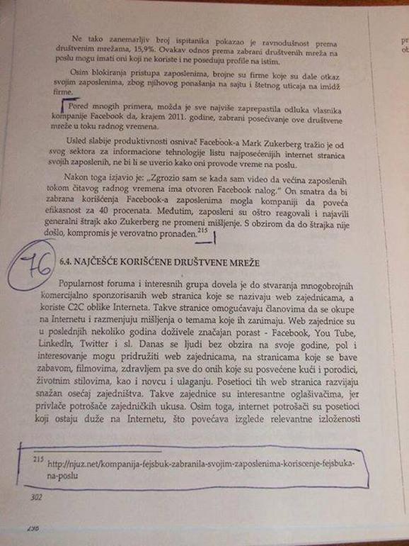 Fotografija udžbenika na kojoj se vidi fusnota u kojoj je izvor šaljivi portal Njuz.net