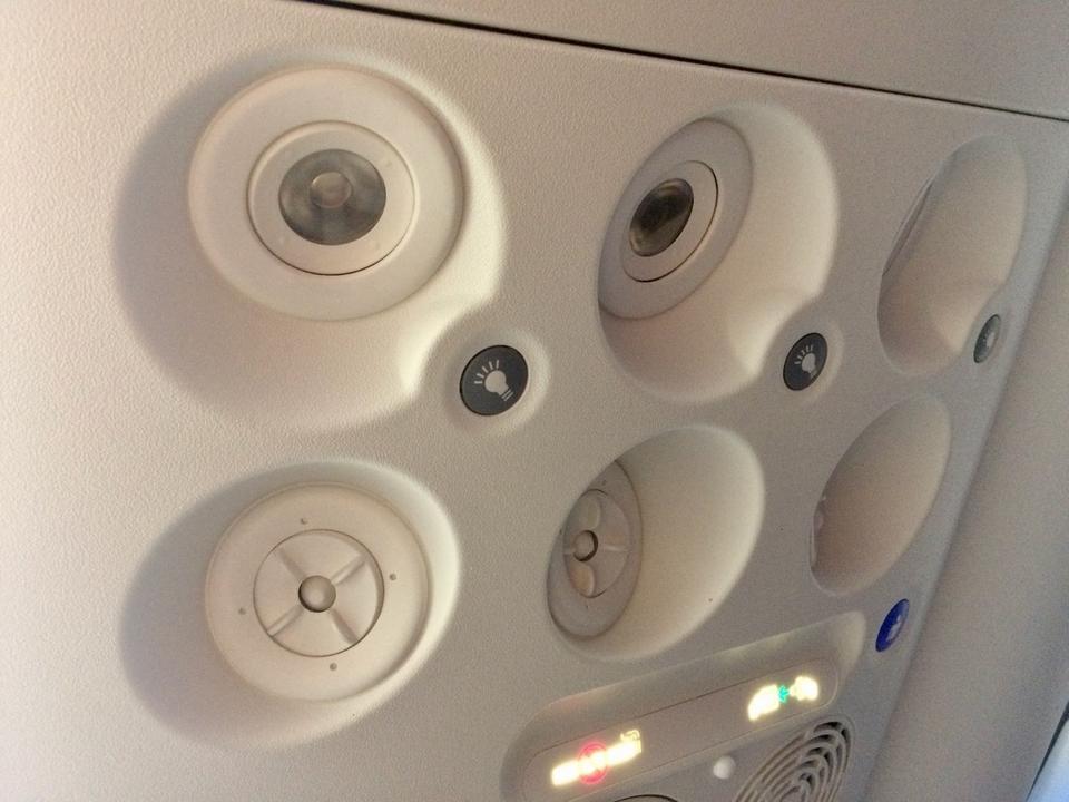 Nad głowami pasażerów są panele z indywidualną lampką, nawiewem i przyciskiem przywołującym personel pokładowy.
