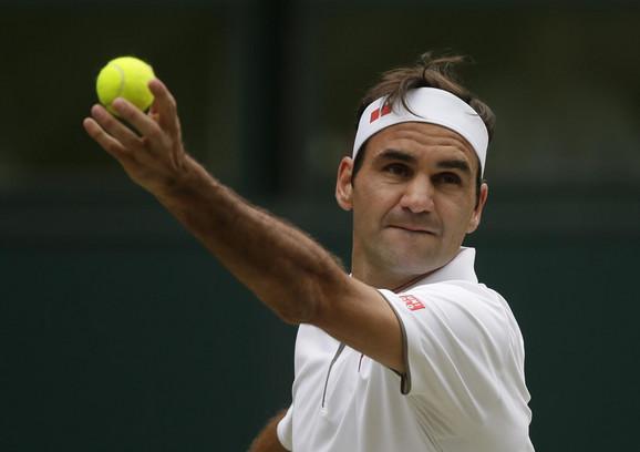 Rodžer Federer na servisu u finalu Vimbldona protiv Novaka Đokovića