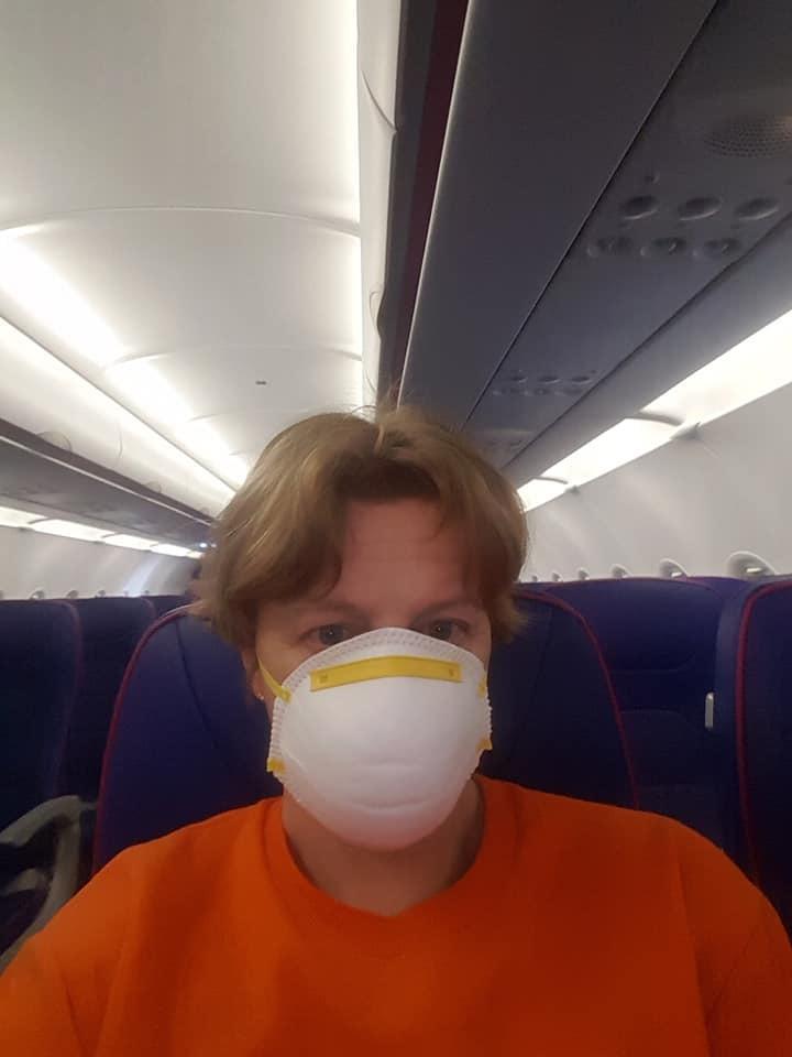 Eszter még a gépen sem vette le a maszkját.