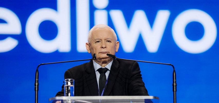 """Kaczyński obiecuje, że wyrzuci z pracy tłuste koty. Publicyści drwią i pokazują """"punkt drugi"""", a poseł Sobolewski na to: moja żona nie zasiada w żadnej radzie!"""