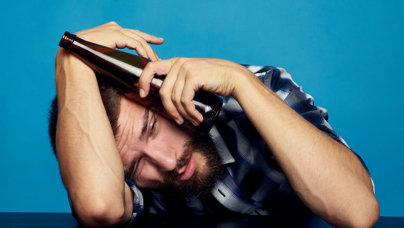Mężczyzna z butelką piwa