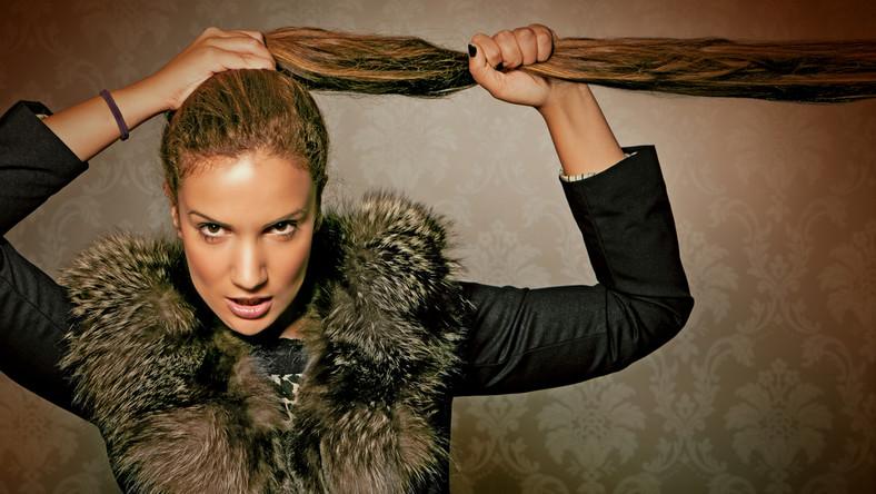 1. Mocno uciągnięte kitki; szczególnie takie zrobione z rzadkich włosów, które sprawiają, że bo bokach głowy prześwituje skóra