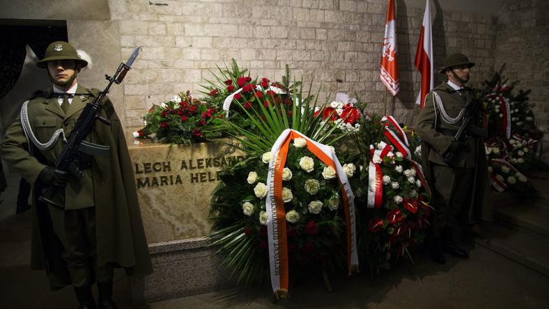 Sarkofag pary prezydenckiej na Wawelu - tutaj spoczywają Lech Kaczyński i Maria Kaczyńska