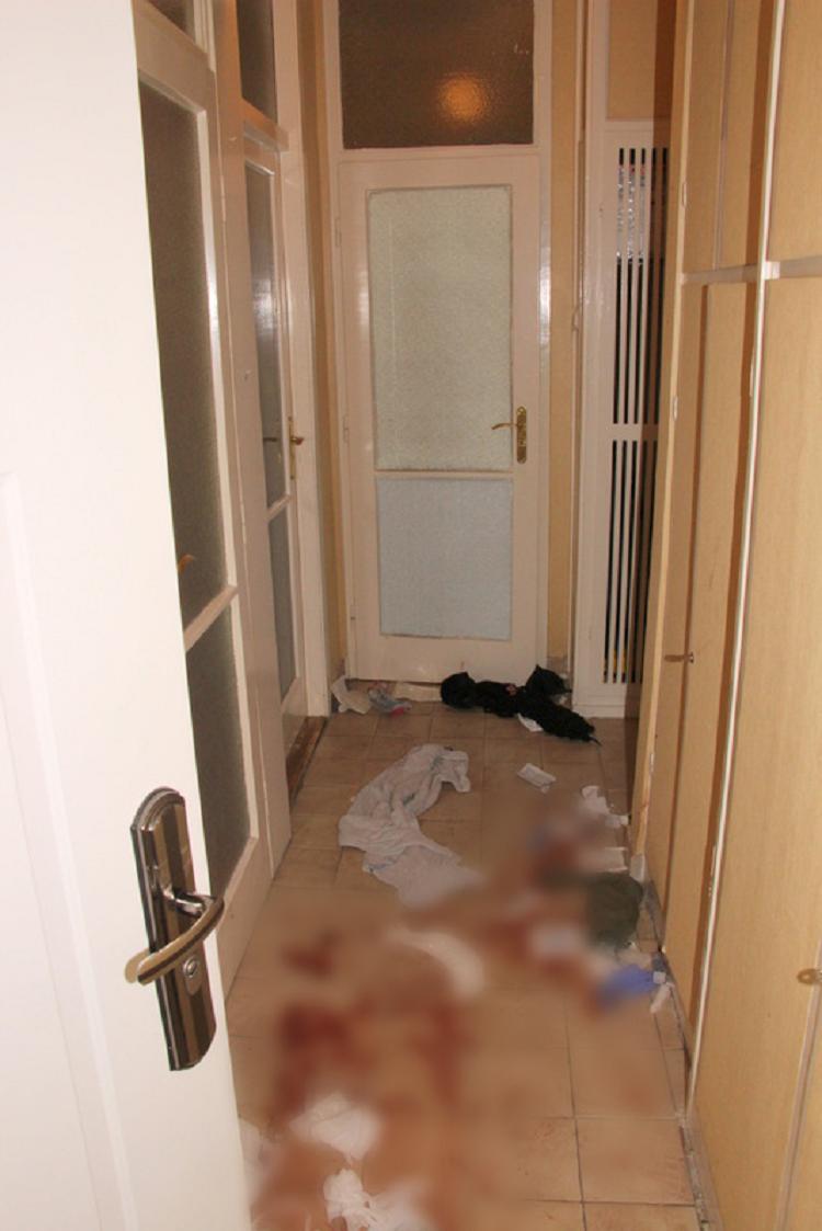 Vérben úszott az előszoba, ahol K. Dániel az anyukára rontott. / Fotó: Police.hu