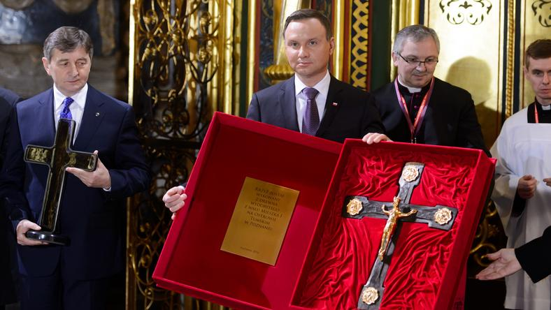 Prezydent z krzyżem wykonanym z drewna z wałów obronnych pochodzących z grodu Mieszka I z 966 roku
