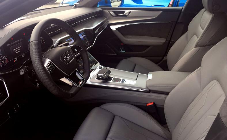 Audi dostarcza przednie fotele w trzech wersjach: fotele standardowe, fotele sportowe  i personalizowane fotele konturowe. Topową wersję foteli można regulować i ustawiać elektrycznie, a ich boki i wsparcie odcinka lędźwiowego pracują pneumatycznie