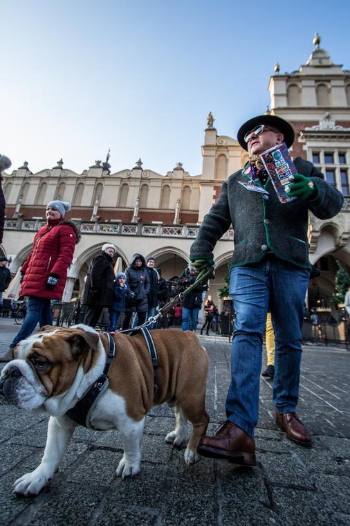 Makłowicz podczas tegorocznej zbiórki na rzecz Wielkiej Orkiestry Świątecznej Pomocy na krakowskim Rynku