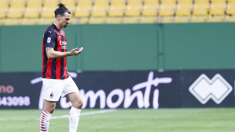 Zlatan Ibrahimovic opuszcza boisko po czerwonej kartce