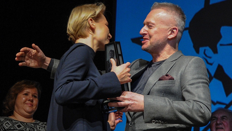 Agnieszka Żulewska odbiera statuetkęz rąk aktora Bogusława LIndy