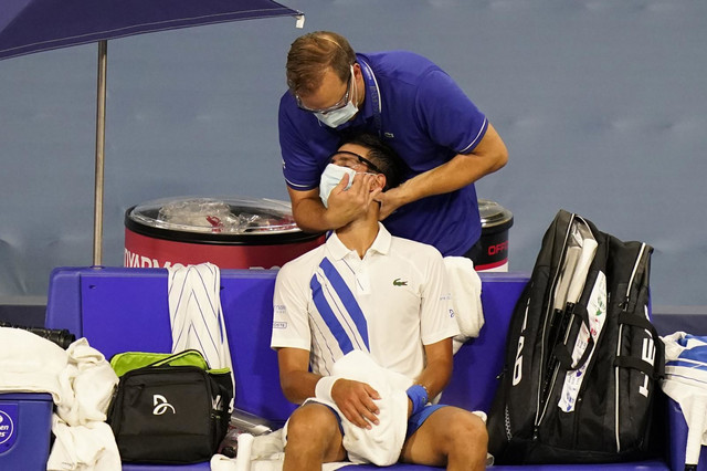 Novak Đoković i masža koju je zatražio zbog bolova u vratu