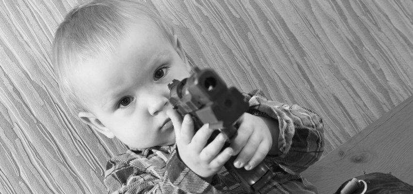 Tragedia w Teksasie. 2-latek zastrzelił się pistoletem, który wyciągnął z plecaka swojego wujka