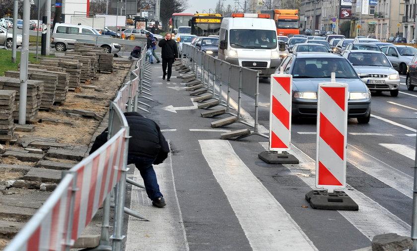 Zablokowane skrzyżowanie Alei marszałka Rydza Śmigłego.