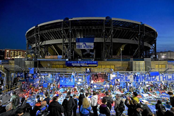 Navijači Napolija ispred stadiona