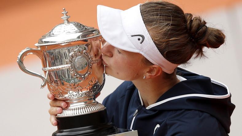 Barbara Krejcikova z trofeum za wygranie French Open