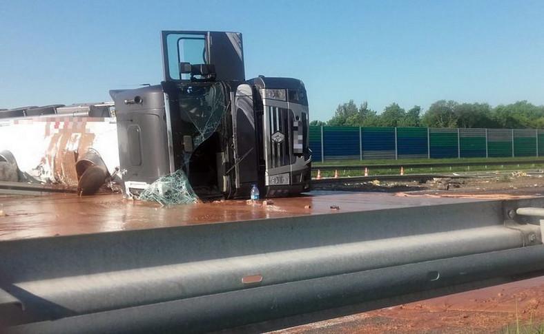 Autostrada A2 zablokwana po wypadku ciężarówki z czekoladąAutostrada A2 zablokwana po wypadku ciężarówki z czekoladą