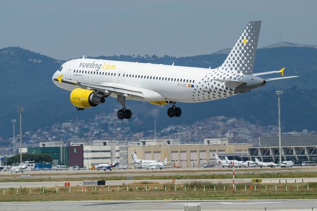 Samolot linii Vueling na lotnisku El Prat