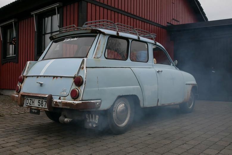 """Jak zapowiadał właściciel, leciwy Saab odpalił """"na dotyk"""". Chmura niebieskiego dymu w przypadku tego modelu jest zupełnie naturalna – to dwusuw"""