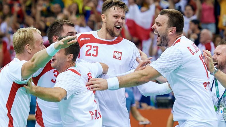 Polacy cieszą się ze zwycięstwa po meczu ćwierćfinałowym piłkarzy ręcznych z Chorwacją