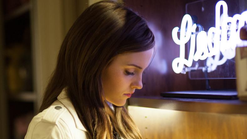 Sofię Coppolę zafrapował temat znudzonych dzieciaków z Calabasas w Kalifornii, które okradały rezydencje pięknych i bogatych w okresie od października 2008 roku do sierpnia 2009. W sumie udało im się ukraść ponad trzy miliony dolarów. Ich łupem padli m.in. Paris Hilton, Orlando Bloom oraz Lindsay Lohan