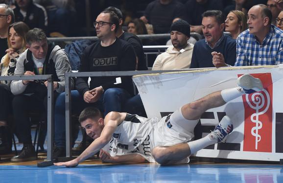 Vanja Marinković posle borbe za loptu na meču Partizan - Ritas