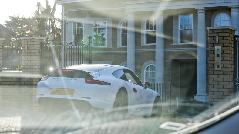Paparazzi zaczaili się na Wojciecha Szczęsnego w Londynie i zrobili mu kilka zdjęć za kierownicą najnowszego porsche 911 carrera S. Co takie auto kryje pod karoserią i ile kosztuje?