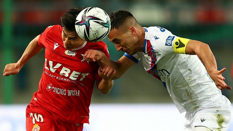 Piłkarz Wisły Kraków Georgij Żukow (L) i Igor Sapała (P) z Rakowa Częstochowa podczas meczu Ekstraklasy