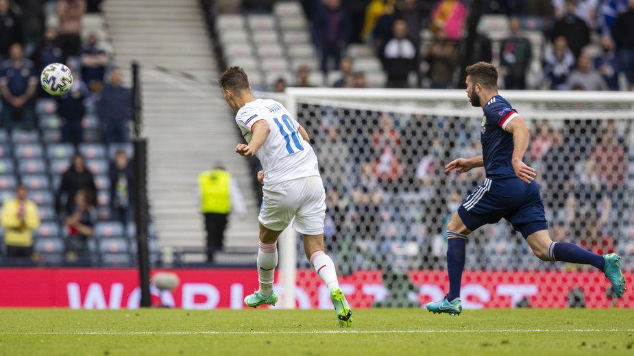52. minuta meczu Szkocja - Czechy. Patrik Schick właśnie przymierzył z połowy boiska na szkocką bramkę.