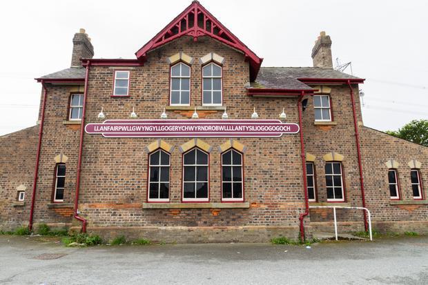Budynek stacji kolejowej w Llanfairpwllgwyngyllgogerychwyrndrobwllllantysiliogogogoch