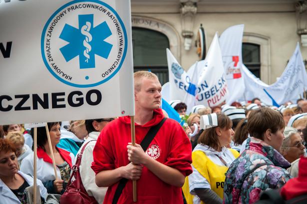 Manifestowania mają natomiast dość ratownicy medyczni. Dlatego planują protesty polegające na tym, że nie będą brali dodatkowych dyżurów