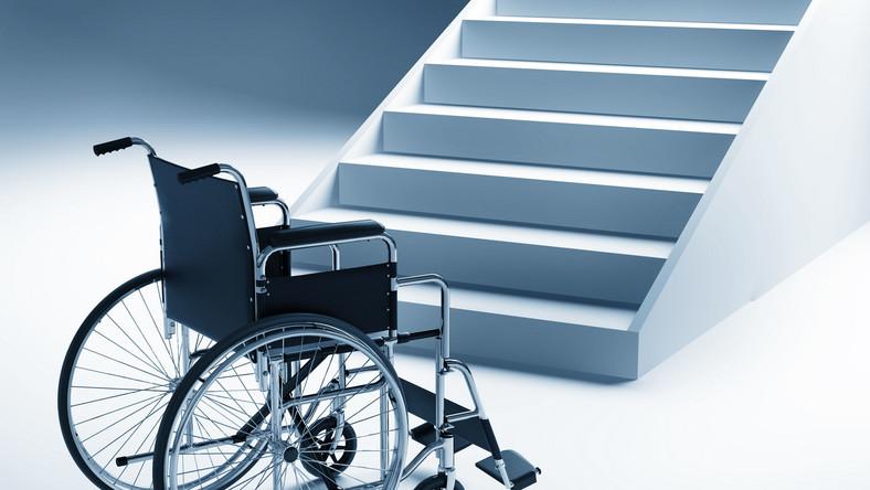 W Polsce nadal są ograniczenia architektoniczne dla osób poruszających się na wózkach - m.in. niedostosowanie wind i podjazdów