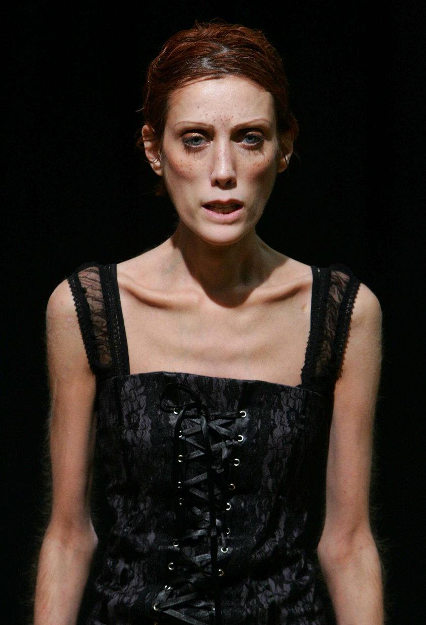 Isabelle Caro w czerni - Paryż, Francja