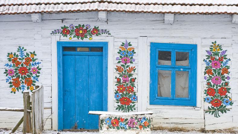 Dom w Zalipiu ozdobiony kwiatowymi motywami