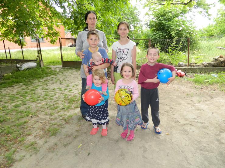 Ostojicevo - Kristina Sarvak sa svojom decom