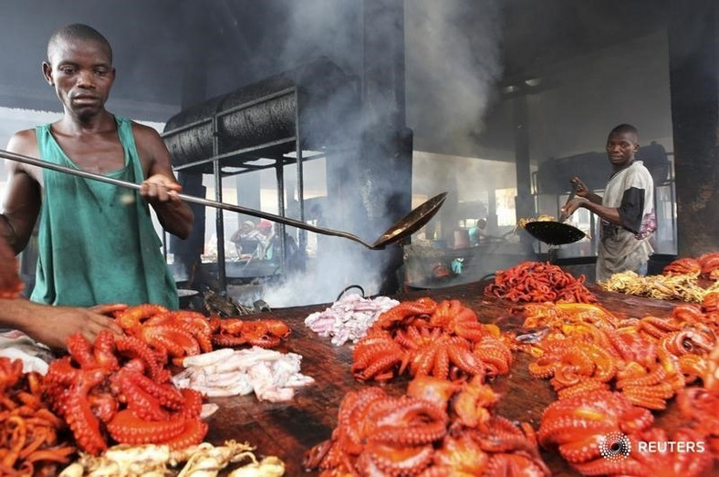 Tanzanian traders deep-fry freshly caught octopus near the shores of the commercial capital Dar es Salaam, May 4, 2010. REUTERS/Thomas Mukoya