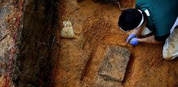 Dziesiątki grobów uczniów znaleziono na terenie szkoły