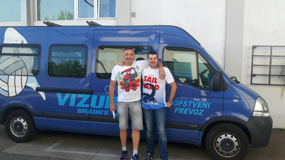 Zoran Radojičić sa kumom Draganom Nikolićem ispred klupskog autobusa