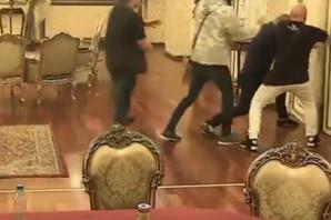 Spasavali Ivana Marinkovića, Benjamin provalio vrata od izolacije i počeo da ga BIJE! (VIDEO)