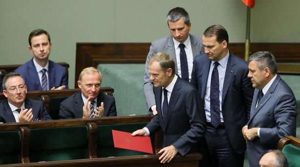 Ministrowie i Donald Tusk przed posiedzeniem sejmu. Fot. PAP/Paweł Supernak