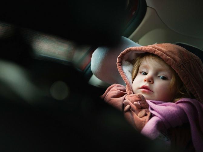 Svi roditelji zimi decu voze OVAKO: I nisu ni svesni koliko im time UGROŽAVAJU ŽIVOT