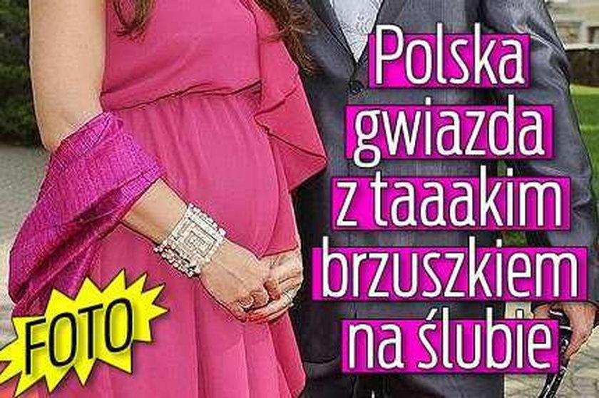 Polska gwiazda z taaakim brzuszkiem na ślubie. FOTO