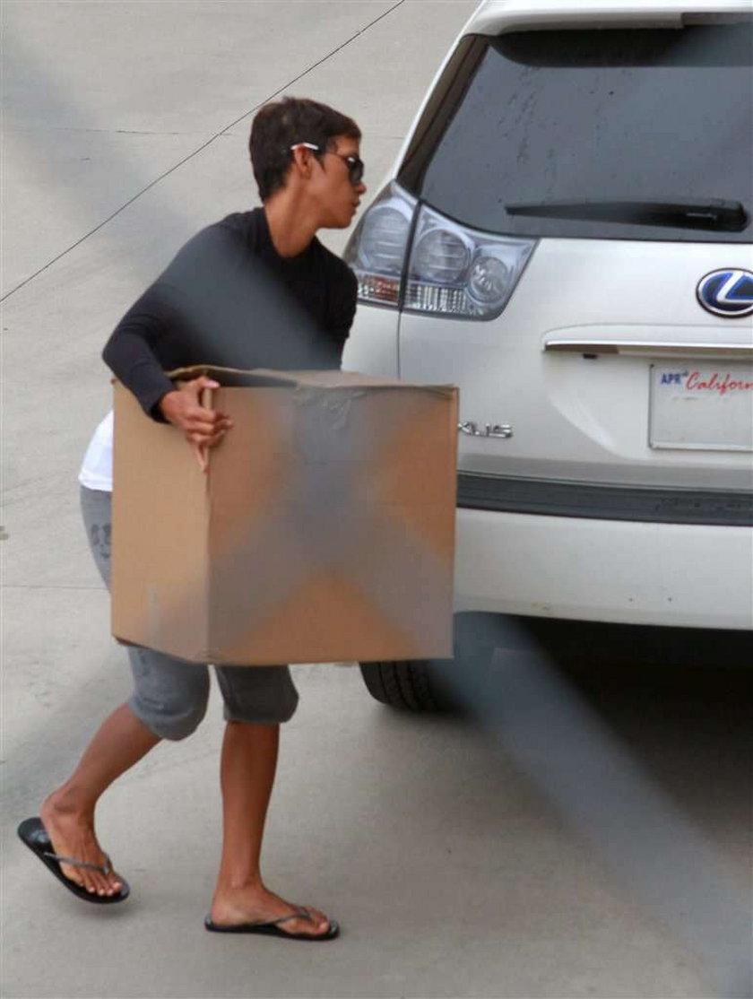 Halle Berry sama nosi kartony